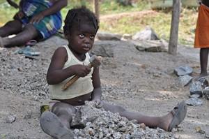 """Questa è una fra i tanti bimbi incontrati in Benin costretti a lavorare tutto il giorno spaccando pietre ....dai 3 anni in su lavorano sotto il sole dell'Africa tutta la giornata . Appena sono in grado di tenere in mano un martello quello diventa il loro  gioco ...unico e solo gioco... A sole 7 ore di volo dall' Italia una realtà devastante. Un bambino dovrebbe fare il bambino e nient'altro. Questa bimba e tanti altri non sanno cosa significa andare a scuola, giocare e sorridere. Ognuno di noi può aiutare questi bambini ad avere un futuro migliore. Come? Con una donazione di  30€ al mese possiamo sostenere uno di questi bambini a distanza. Ci aiutate ad aiutare Questa bambina e tutti i suoi amici, fratelli e cugini ? Una delegazione dell'Associazione Buona Nascita Onlus andrà a dicembre a consegnare direttamente gli aiuti di tutti i sostenitori in quanto la priorità in questi progetti è quella di dare concretezza, rendicontazione e trasparenza a chi ha dato il proprio contributo. Chi ci sta? Un detto africano dice: """" le formiche dicono: mettiamoci insieme e trasporteremo un elefante""""  Noi possiamo essere tutti insieme tante formiche ... Grazie a tutti."""